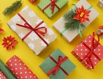 Imballaggio del regalo del ` s del nuovo anno Fondo giallo Molti contenitori di regalo legati con i nastri Abete b Fotografia Stock