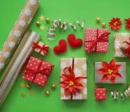 Imballaggio del regalo del ` s del nuovo anno Fondo verde Molte scatole di regali, legate con i nastri I colori sono oro, verde,  Immagine Stock Libera da Diritti