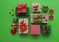 Imballaggio del regalo del ` s del nuovo anno Fondo verde Molte scatole di regali, legate con i nastri I colori sono oro, verde,  Fotografie Stock