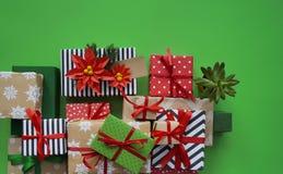 Imballaggio del regalo del ` s del nuovo anno Fondo verde Molte scatole di regali, legate con i nastri I colori sono oro, verde,  Fotografia Stock Libera da Diritti