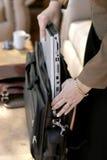 Imballaggio della donna di affari/computer portatile disimballare Immagini Stock