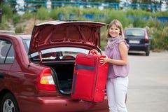 Imballaggio della donna il suo bagaglio Fotografia Stock