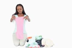 Imballaggio della giovane donna il suo circuito di collegamento Fotografia Stock