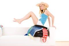 Imballaggio della ragazza per il viaggio di estate Immagini Stock Libere da Diritti