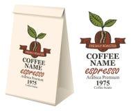 Imballaggio di carta con l'etichetta per i chicchi di caffè Fotografia Stock