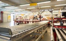 Imballi il nastro trasportatore per i pacchetti di distribuzione in DHL storehous Fotografie Stock Libere da Diritti