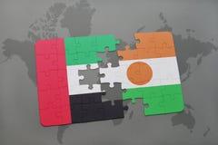 imbarazzi con la bandiera nazionale degli Emirati Arabi Uniti e del Niger su una mappa di mondo Immagini Stock