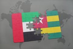 imbarazzi con la bandiera nazionale degli Emirati Arabi Uniti e del Togo su una mappa di mondo Fotografie Stock Libere da Diritti