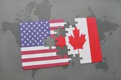 Imbarazzi con la bandiera nazionale degli Stati Uniti d'America e del Canada su un fondo della mappa di mondo Fotografia Stock
