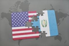 imbarazzi con la bandiera nazionale degli Stati Uniti d'America e del Guatemala su un fondo della mappa di mondo immagini stock