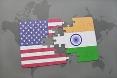 Imbarazzi con la bandiera nazionale degli Stati Uniti d'America e dell'India su un fondo della mappa di mondo Fotografia Stock