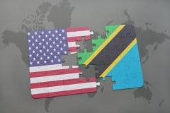 imbarazzi con la bandiera nazionale degli Stati Uniti d'America e della Tanzania su un fondo della mappa di mondo Immagini Stock Libere da Diritti