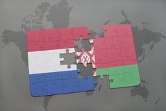 imbarazzi con la bandiera nazionale dei Paesi Bassi e della Bielorussia su un fondo della mappa di mondo Immagini Stock