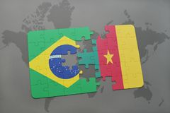 imbarazzi con la bandiera nazionale del Brasile e del Cameroun su un fondo della mappa di mondo Immagini Stock