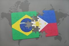 imbarazzi con la bandiera nazionale del Brasile e delle Filippine su un fondo della mappa di mondo Fotografia Stock Libera da Diritti