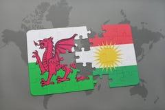 imbarazzi con la bandiera nazionale del Galles e di Kurdistan su una mappa di mondo Fotografia Stock