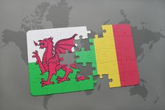 imbarazzi con la bandiera nazionale del Galles e del Mali su una mappa di mondo Immagine Stock