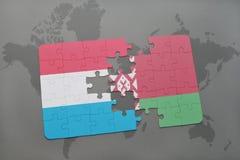 imbarazzi con la bandiera nazionale del Lussemburgo e della Bielorussia su un fondo della mappa di mondo Immagini Stock
