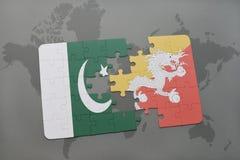 imbarazzi con la bandiera nazionale del pakistan e del Bhutan su un fondo della mappa di mondo Fotografia Stock