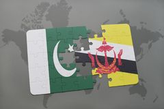 imbarazzi con la bandiera nazionale del pakistan e del Brunei su un fondo della mappa di mondo Fotografia Stock Libera da Diritti