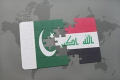 imbarazzi con la bandiera nazionale del pakistan e dell'Iraq su un fondo della mappa di mondo Fotografia Stock