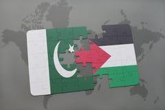 imbarazzi con la bandiera nazionale del pakistan e della Palestina su un fondo della mappa di mondo Fotografie Stock Libere da Diritti
