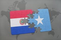 imbarazzi con la bandiera nazionale del Paraguay e della Somalia su una mappa di mondo Fotografie Stock