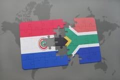 imbarazzi con la bandiera nazionale del Paraguay e della Sudafrica su una mappa di mondo Fotografie Stock Libere da Diritti
