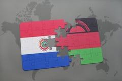 imbarazzi con la bandiera nazionale del Paraguay e del Malawi su una mappa di mondo Fotografie Stock