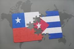 imbarazzi con la bandiera nazionale del peperoncino rosso e della Cuba su un fondo della mappa di mondo Fotografie Stock