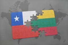 imbarazzi con la bandiera nazionale del peperoncino rosso e della Lituania su un fondo della mappa di mondo Fotografia Stock