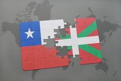 imbarazzi con la bandiera nazionale del peperoncino rosso e del paese basco su un fondo della mappa di mondo Immagini Stock Libere da Diritti