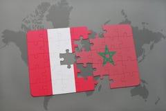 imbarazzi con la bandiera nazionale del Perù e del Marocco su una mappa di mondo Immagini Stock