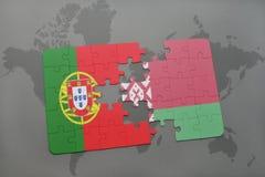 imbarazzi con la bandiera nazionale del Portogallo e della Bielorussia su un fondo della mappa di mondo Fotografia Stock
