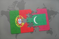 imbarazzi con la bandiera nazionale del Portogallo e su un fondo della mappa di mondo Fotografie Stock