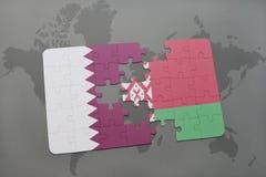 imbarazzi con la bandiera nazionale del Qatar e della Bielorussia su un fondo della mappa di mondo Fotografia Stock