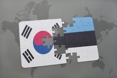 imbarazzi con la bandiera nazionale del Sud Corea ed Estonia su un fondo della mappa di mondo Immagine Stock Libera da Diritti
