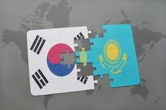imbarazzi con la bandiera nazionale del Sud Corea ed il Kazakistan su un fondo della mappa di mondo Immagine Stock