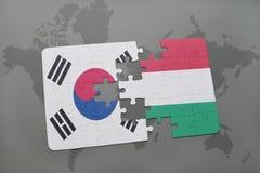imbarazzi con la bandiera nazionale del Sud Corea ed Ungheria su un fondo della mappa di mondo Fotografia Stock