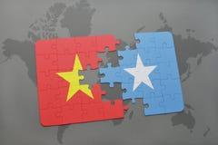 imbarazzi con la bandiera nazionale del Vietnam e della Somalia su una mappa di mondo Fotografia Stock