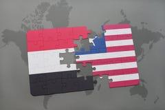 imbarazzi con la bandiera nazionale del Yemen e della Liberia su una mappa di mondo Immagine Stock Libera da Diritti