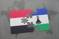 imbarazzi con la bandiera nazionale del Yemen e del Lesoto su una mappa di mondo Immagini Stock