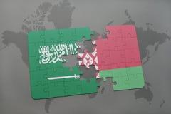 imbarazzi con la bandiera nazionale dell'Arabia Saudita e della Bielorussia su un fondo della mappa di mondo Fotografia Stock