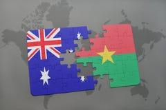 imbarazzi con la bandiera nazionale dell'Australia e di Burkina Faso su un fondo della mappa di mondo Fotografie Stock
