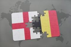 imbarazzi con la bandiera nazionale dell'Inghilterra e del Belgio su un fondo della mappa di mondo Fotografia Stock