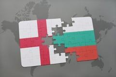 imbarazzi con la bandiera nazionale dell'Inghilterra e della Bulgaria su un fondo della mappa di mondo Immagini Stock