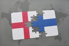 imbarazzi con la bandiera nazionale dell'Inghilterra e della finlandia su un fondo della mappa di mondo Immagine Stock