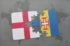 imbarazzi con la bandiera nazionale dell'Inghilterra e della Madera su un fondo della mappa di mondo Fotografia Stock
