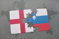 imbarazzi con la bandiera nazionale dell'Inghilterra e della Slovenia su un fondo della mappa di mondo Immagine Stock