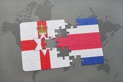 imbarazzi con la bandiera nazionale dell'Irlanda del Nord e della Costa Rica su una mappa di mondo Fotografia Stock Libera da Diritti